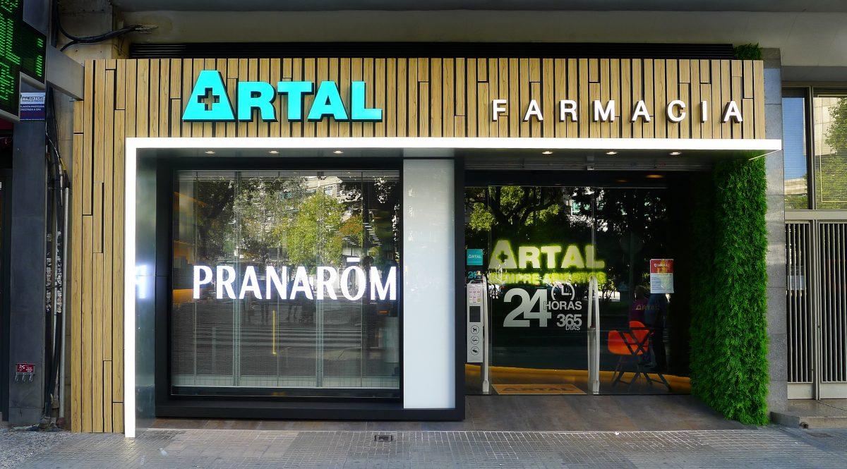 Pantalla led transparente a medida farmacia Artal en Zaragoza