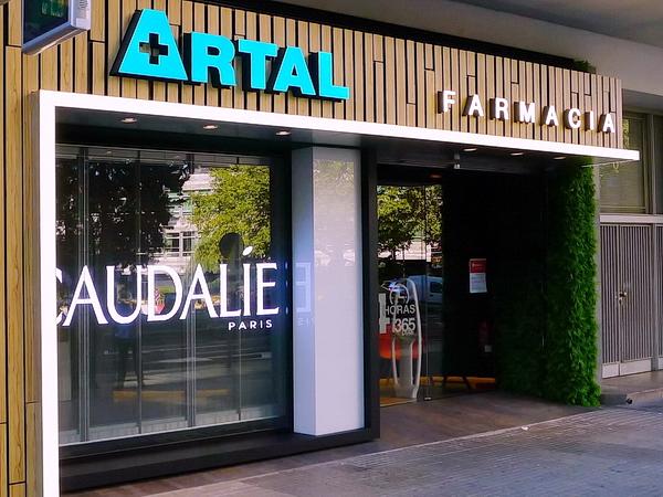 Pantalla led transparente en escaparate de farmacia en Zaragoza