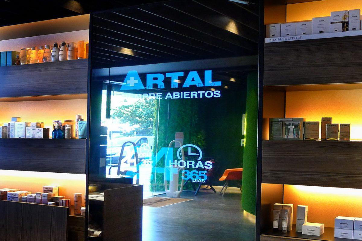 Pantalla led transparente en escaparate de farmacia Arta, junto a Corte Inglésen Zaragoza